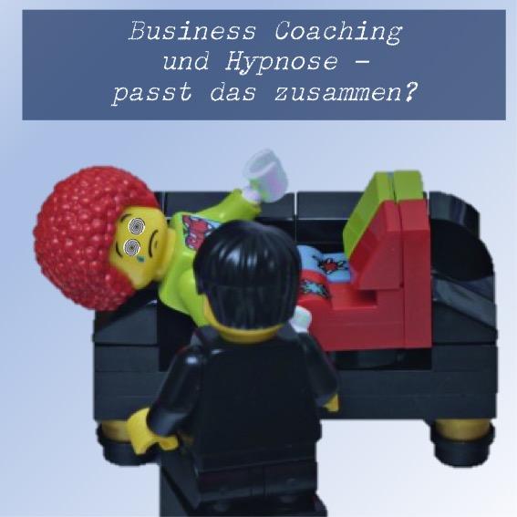Legofigur liegt auf Sofa und wird hypnotisiert