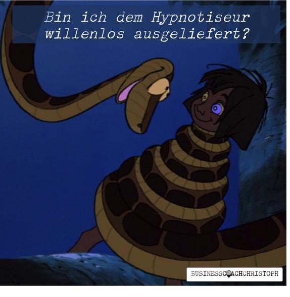 Mensch wird von Schlange hypnotisiert