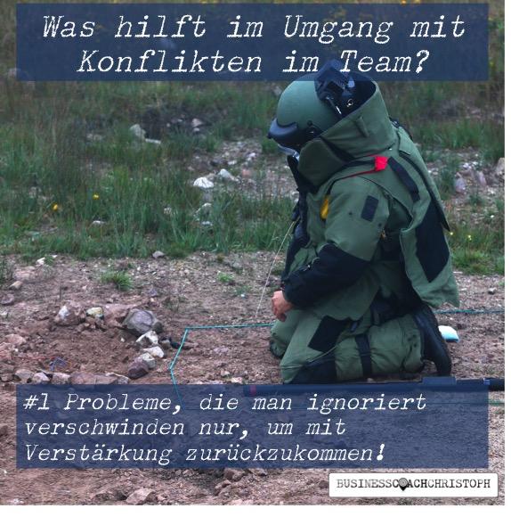 Konfliktmanagement - Bombenexperte in Schutzkleidung entschärft eine Bombe