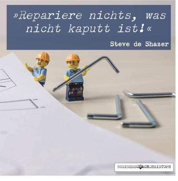 Zwei Legofiguren versuchen etwas zu reparieren.